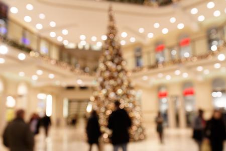 Weihnachtsbaum im Einkaufszentrum Standard-Bild - 92732950