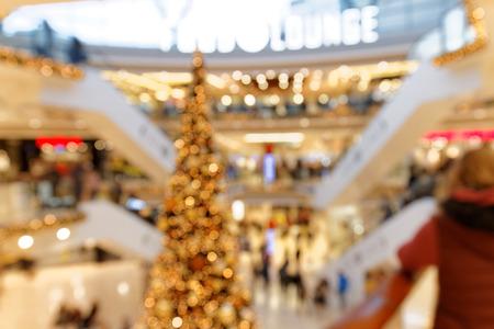 Weihnachtshandel im mehrstufigen Einkaufszentrum bokeh Hintergrund Standard-Bild - 92530268