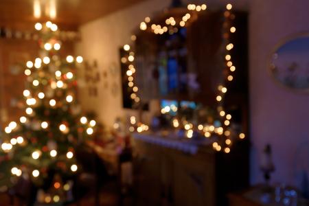 Bokeh-Hintergrund - atmosphärisch belichteter Familien-Raum in der Weihnachtszeit Standard-Bild - 92699257