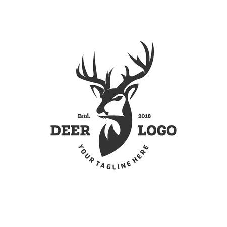 Modello di logo del club di caccia. Testa di cervo e corna silhouette isolati su sfondo bianco. Oggetto vettoriale per etichette, badge, loghi e altri design. Logo dei cervi, logo del cacciatore, caccia al cervo, logo retrò