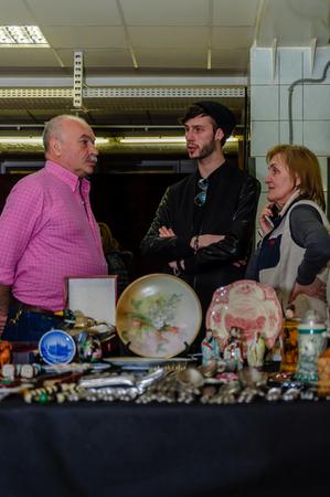 Moskau, Russland - 19. März 2017: Gruppe von drei Antiquitätenhändlern bespricht das Abkommen auf der Messe der Sammlerartikel Standard-Bild - 78122209