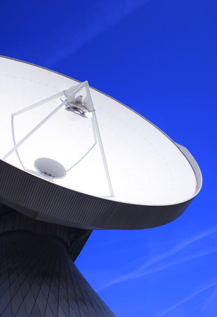 antena parabolica: Enorme antena con cielo azul