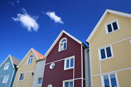 colourful houses: Cuatro coloridas casas con cielo azul