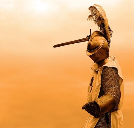 rycerz: Rycerz z mieczem w mail shirt, uzbrojenie i kask (copy space)