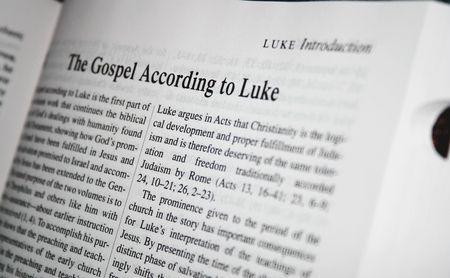 ルーク: 聖書ルカ福音書白パプ、黒背景。カトリック聖書研究から撮影。 写真素材