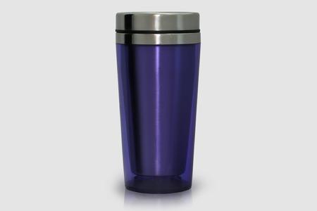 Taza térmica hecha de acero inoxidable, púrpura, aislado en blanco Foto de archivo - 81555907