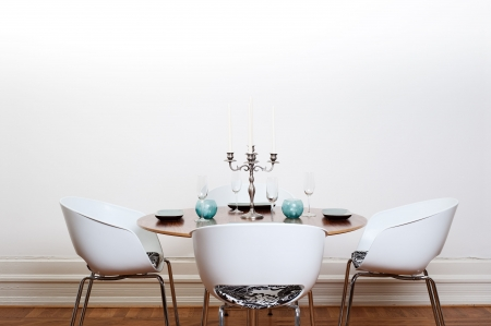 dining table and chairs: Modern dining room with a round table and  white chairs and background. Stock Photo