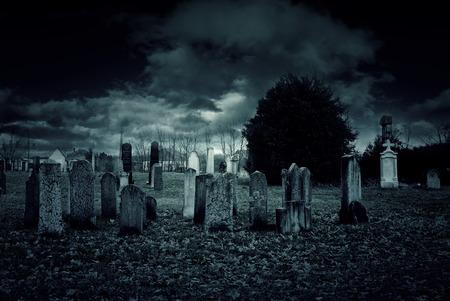 Friedhof in der Nacht Standard-Bild - 35141367