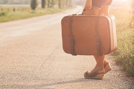 mujer con maleta: Bolsa de viaje de la vendimia