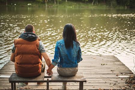 pareja adolescente: Pareja en un muelle Foto de archivo