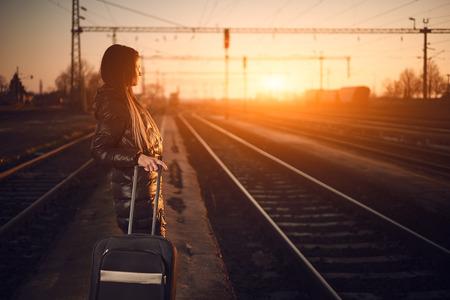 single woman: Viajero de la mujer joven en el ferrocarril