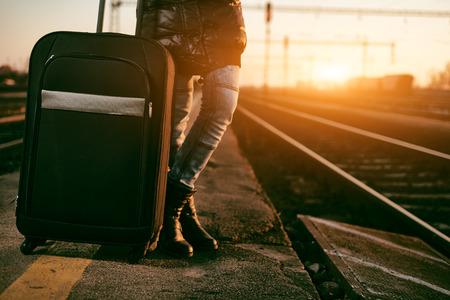 tren: Viajero de la mujer con el tren