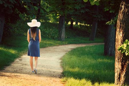 屋外の青いドレスの魅力的な若い成人女性