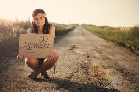 mujer hippie: Mujer del Hippie en la carretera