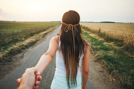 romantyczny: Młoda kobieta prowadzi człowieka
