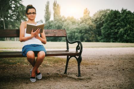Frau studiert im Freien