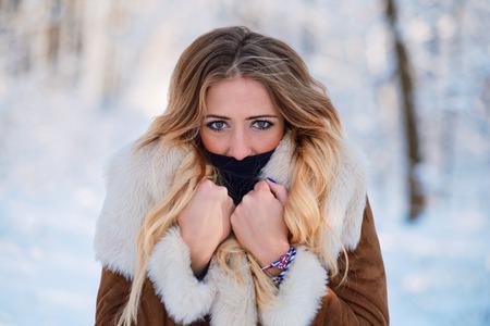Beautiful young woman outdoor winter portrait Standard-Bild