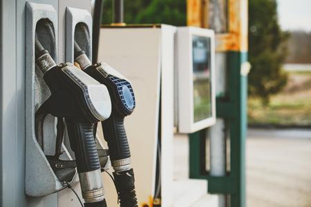 surtidor de gasolina: Surtidor de gasolina en una gasolinera