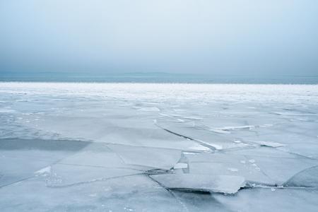 Le lac gelé  Banque d'images - 52594079