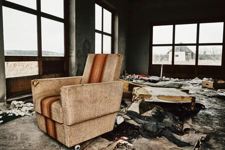放棄された部屋には古い家具 写真素材
