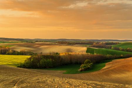 Un bellissimo paesaggio primaverile delle colline Archivio Fotografico