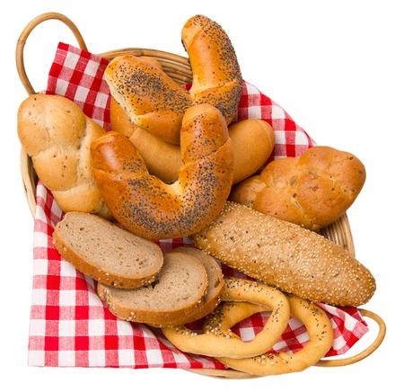 canasta de panes: Rollos y bollos en una baset aislados en blanco