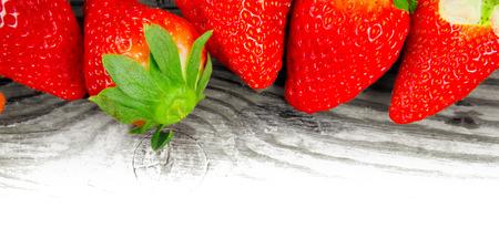 raum weiss: Erdbeeren mit Bl�ttern auf Holzbrett mit Leerraum