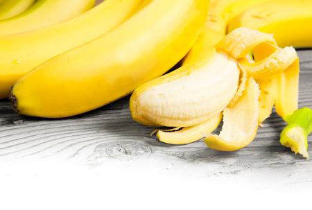 raum weiss: Foto gesch�lte Bananen auf Holzbrett mit Leerraum Lizenzfreie Bilder