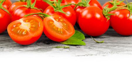 raum weiss: Foto von Tomaten auf Holzbrett mit Leerraum