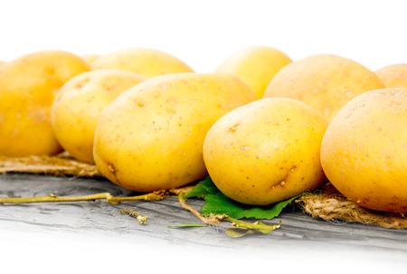 raum weiss: Foto von Kartoffeln auf einem Holzbrett mit Leerraum