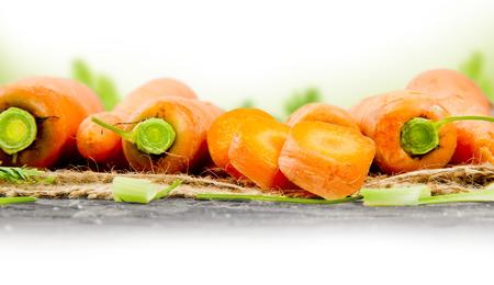 raum weiss: Foto von Karotten mit Blatt auf Sackleinen mit Leerraum Lizenzfreie Bilder