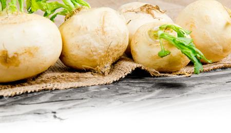 raum weiss: Foto von Rettich K�pfe auf Sackleinen mit Leerraum