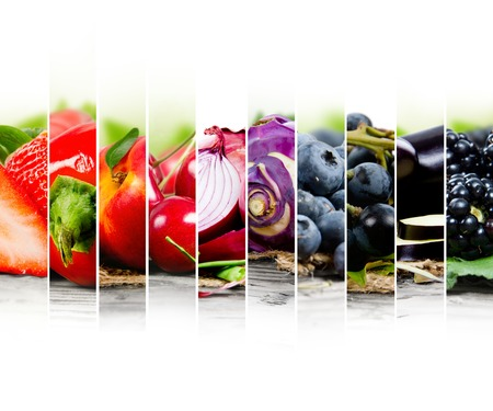 comida: Foto de la mezcla de frutas y verduras con colores rojos y azules y el espacio en blanco Foto de archivo