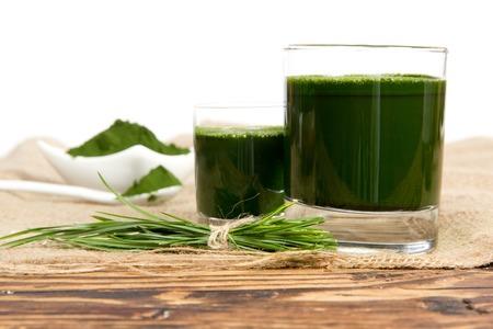 cebada: Foto de polvo de cebada joven y la bebida con el manojo de hierba de arpillera con el espacio en blanco
