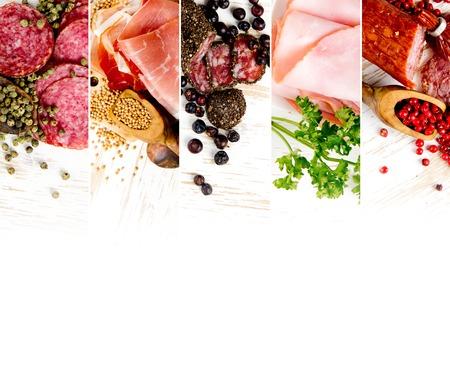 hams: Vista superior de jamón y salami mezcla con hierbas y especias de pimienta sobre tablas de madera; espacio en blanco para el texto