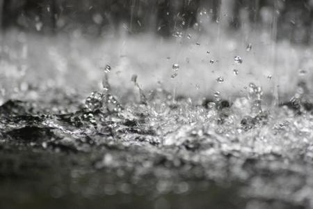 kropla deszczu: Krople deszczu plusk.