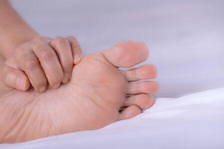 Frauen mit Hautausschlag oder Papeln und Kratzern am Fuß von Allergien, Gesundheitsallergie-Hautpflegeproblem. Gesundheitskonzept.