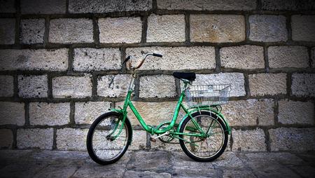 クロアチアの壁に緑の自転車 写真素材 - 80146043