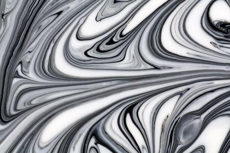 canicas: Mezcla de una pintura blanca y negro, primer plano.