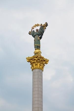 angel de la independencia: Esta es una estatua de un �ngel, de cobre, oro y chapados, de pie sobre un pilar de altura, en el centro de la plaza de la Independencia, Kiev, Ucrania