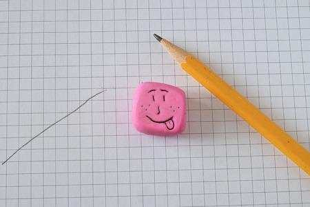 lapiz y papel: l�piz, papel, goma de borrar tallada por la mano sonriente