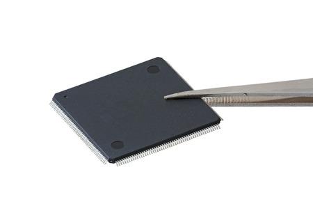 pinzas: chip de computadora con pinzas, aislado fondo blanco