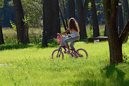 girl (9 years) on bike rides through the park