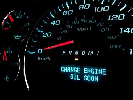 Cambio de aceite del motor pronto la luz de advertencia en el tablero Foto de archivo