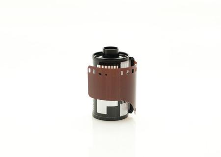 35 mm フィルムは、白で隔離のをロールします。