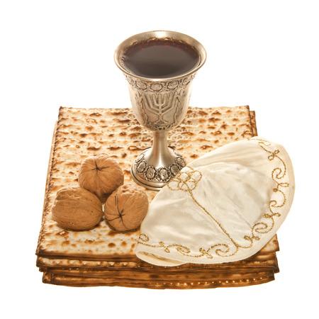 Matzoth, argento Kiddush tazza tre noci e Yarmulke per il Seder pasquale Archivio Fotografico - 26742488