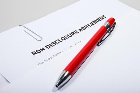 Accordo di non divulgazione che mostra fuori busta bianca con la penna Archivio Fotografico - 26742502