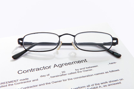 Contractor agreement with glasses Banco de Imagens - 32565813