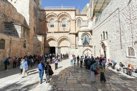 sepulcher: Visitors at the Church of the holy Sepulcher Editorial