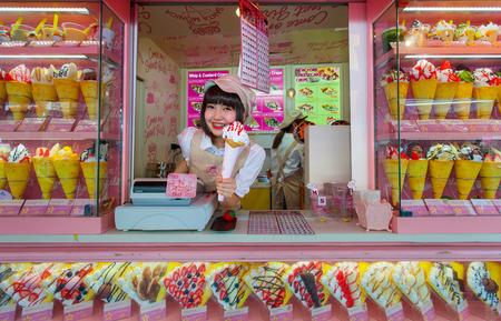 華やかなショップやパンク漫画 - キャラクターの全体的な外観のために知られて、原宿の竹下通りでクレープとアイスクリームのベンダー。